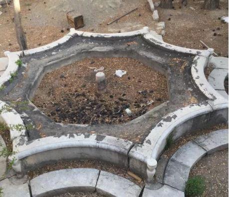 حوض سنگی آجر قزاقی درب چوبی قدیمی