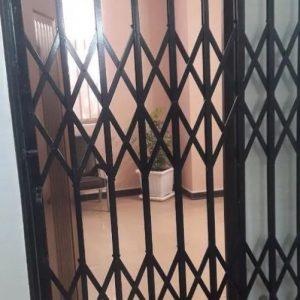 درب اکاردونی در آکاردیونی محافظ حفاظ ریلی اپارتمان